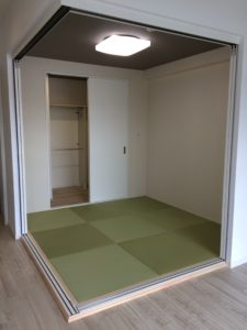 和室 AFTER 押入れを広げウォークインクローゼットを作り、畳も琉球畳風に変更されました