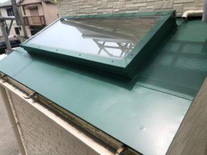 外壁はアイボリー系の色に、ポイントで玄関やベランダの天井は黒で引き締めています。屋根はグリーンでアイボリー色と相性よく、やわらかい感じにしています。